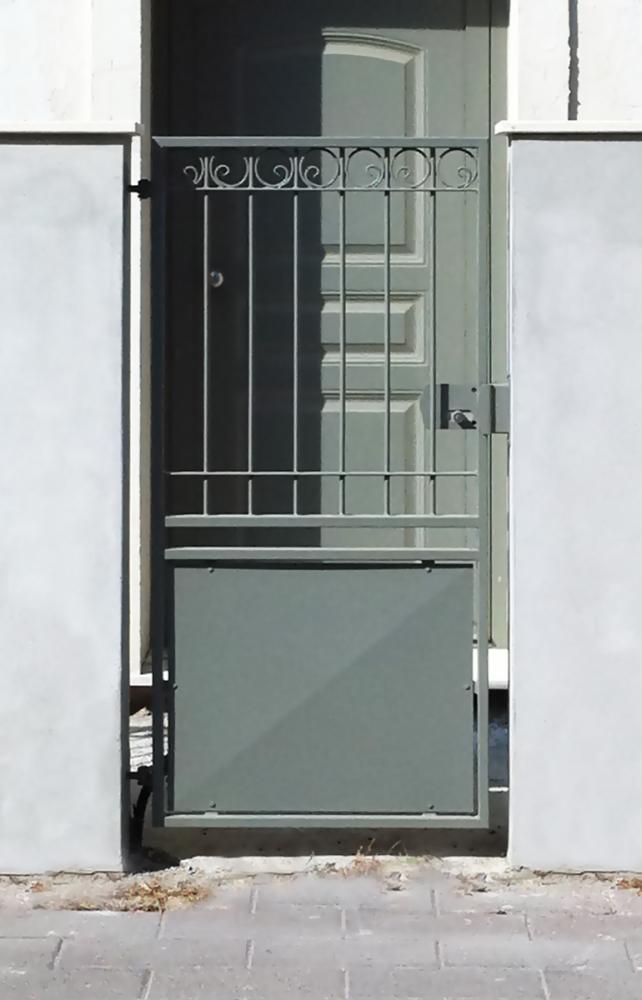 Cancello pedonale in ferro battuto serramenti e design - Cancellate per finestre ...