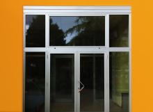 Porta d'ingresso in alluminio e vetro