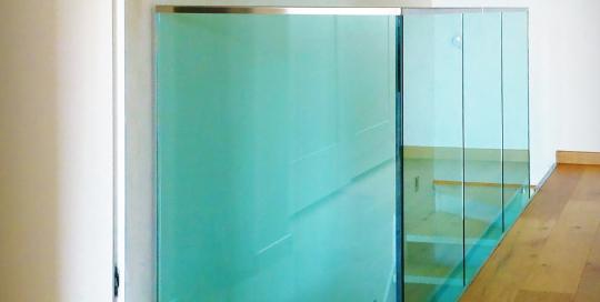 Parapetto in vetro profilato in acciaio